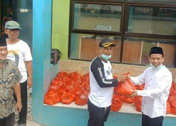 Wakil Ketua DPRD Kota Tangerang Selatan (Tangsel), Mustopa membagikan paket bantuan sosial berupa sembako ke warga yang terdampak secara ekonomi akibat pandemi virus Corona di lingkungan Kelurahan Jurang Mangu Barat, Pondok Aren, Kota Tangsel, Jumat (03/04/2020) pagi.