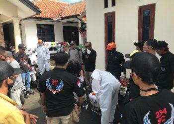 Komunitas 234 Solidarity Community (SC) Regional Wilayah Kota Tangerang Selatan membantu masyarakat terdampak Covid-19 dengan melakukan penyemprotan disinfektan di Pamulang Timur, Sabtu (11/4/2020).