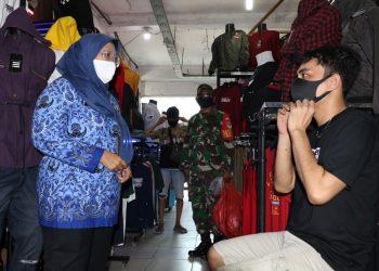 Camat Kelapa Dua Prima Saras Puspa  menegur pedagang yang tidak mengenakan masker. (IST)
