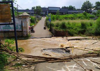 Jembatan penghubung Tangsel-Bogor ambruk dihantam banjir. (PHD)