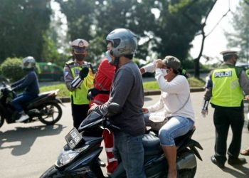 Petugas dari Polres Tangsel menyetop pengendara yang melanggar aturan PSBB. (RAY)