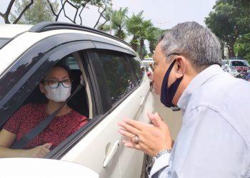 Wakil Walikota Tangsel memberikan teguran kepada pengendara mobil dalam penerapan PSBB. (PHD)