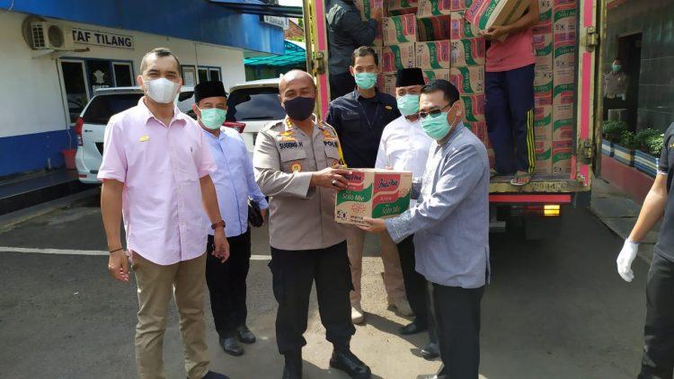 Penyerahan bantuan sembako dari Tangcity Mal. (IST)