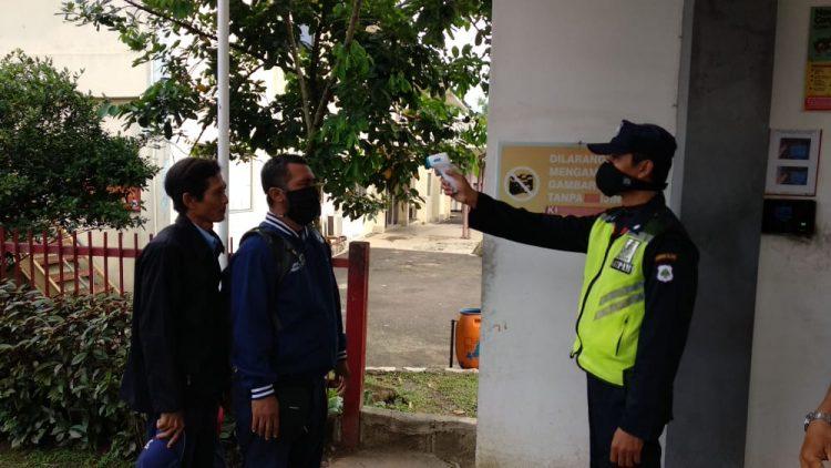 Pengukuran suhu tubuh karyawan dan tamu sebleum maksuk area PT IKPP Tangerang. (IST)
