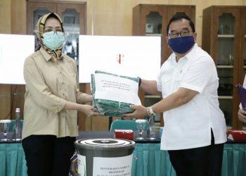 Ikatan Keluarga Alumni Lemhanas (IKAL) memberikan bantuan kepada Pemkot Tangsel berupa Alat Pelindung Diri (APD) disaat pandemi Covid-19, di Balai Kota Tangsel, Senin (13/4/2020).