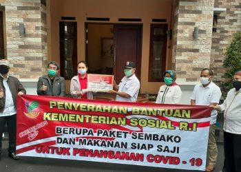 Kementerian Sosial memberikan 2.000 sembako dan 2.000 nasi kotak kepada warga Kelurahan Jombang, Ciputat, Tangsel