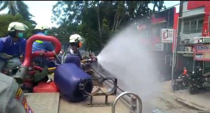 BPBD Kabupaten Tangerang menyemprotkan disinfektan. (IST)