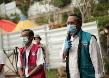 Wakil Walikota Tangsel Benyamin Davnie melepas kepulangan pasien ODP di Rumah Lawan Covid-19. (PHD)