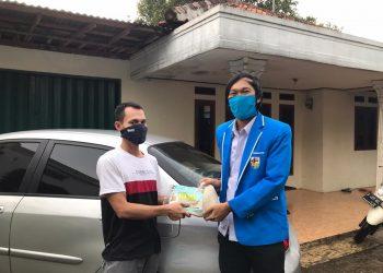 KNPI Setu, Tangsel bagikan beras untuk korban PHK. (RAY)