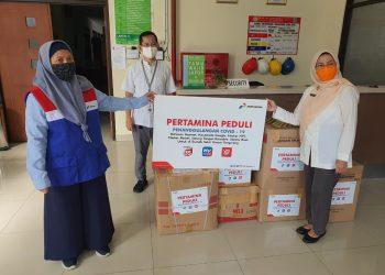 Penyerahan bantuan APD dari Pertamina Peduli kepada RSUD Kabupaten Tangerang. (IST)