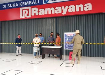 Satpol PP Kabupaten Tangerang segel supermarket di Cikupa. (RAY)