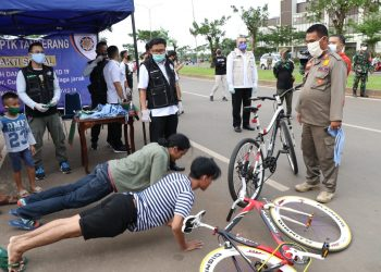 Pelanggar PSBB dihukum push up. (IST)