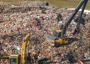 Pengerukan sampah di sungai Cisadane