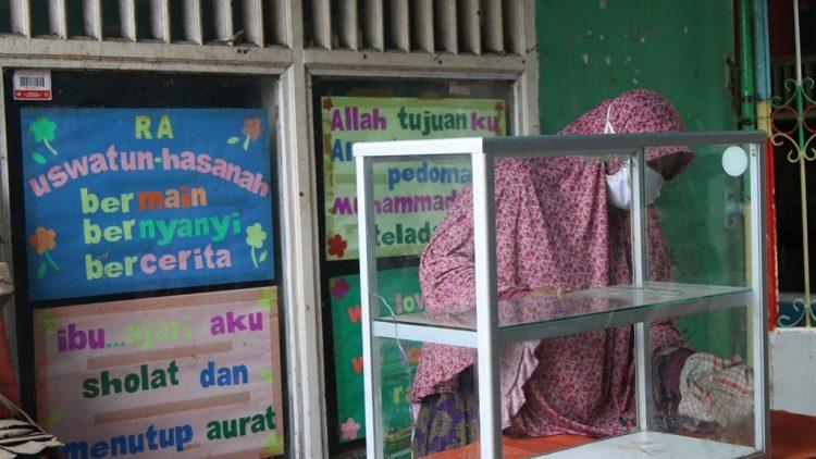 Siti Munasiroh, Penjual uduk dan donat terdampak covid-19. (IST)