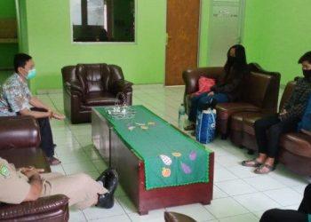 Dua korban PHK di Dinas Sosial Kota Tangerang. (RAY)