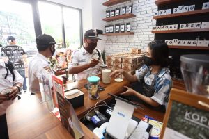 Kopikren015 rutin membagikan kopi gratis untuk petugas keamanan dan kebersihan. (IST)