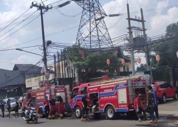 Kebakaran lapak rongsokan dan kontrakan di Ciputat, Kota Tangsel. (RAY)