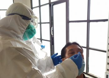 Salah seorang warga tengah diswab tes di Rumah Lawan Covid-19 Tangsel. (PHD)