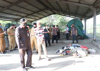 Bupati Tangerang Zaki Iskandar saat mengunjungi incenerator mini di Citra Raya. (IST)