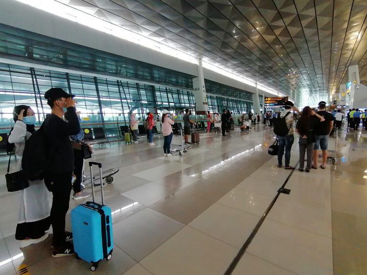 Penumpang di Bandara Soekarno Hatta memberi hormat saat lagu Indonesia Raya. (KEY)