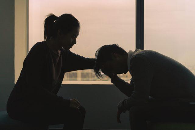 orang tua menghadapi anak yang menunjukkan gejala depresi