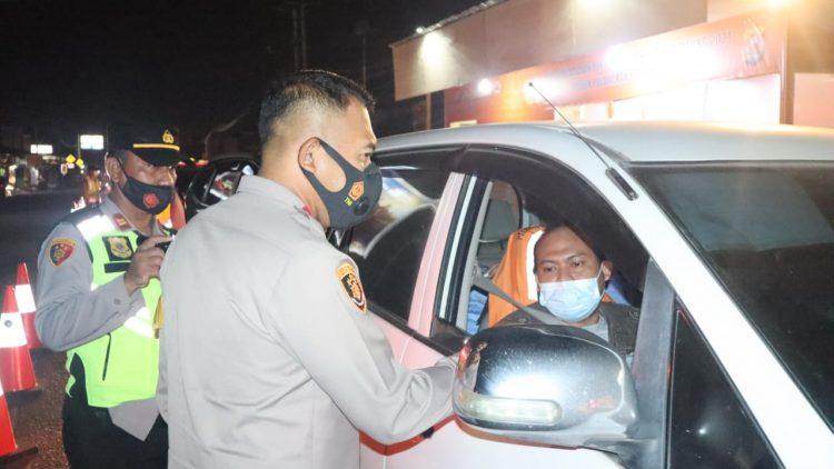 Petugas Polda Banten memeriksa kendaraan pemudik. (RLS)