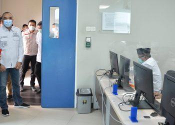 Bupati Tangerang Zaki Iskandar memantau pelaksanaan tes kemampuan dasar calon kepala desa di Kampus UMN. (RIK)