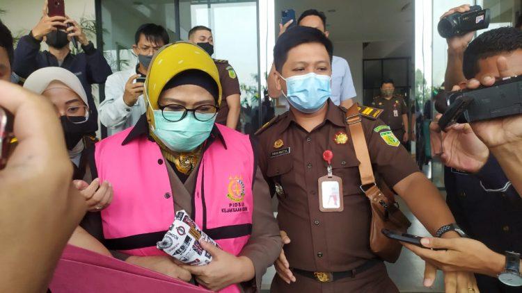 Ketua KONI Tangsel Rita Juwita pakai rompi pink di gedung Kejari Tangsel. (PHD)