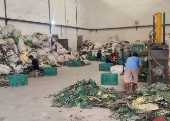 Aktivitas pabrik pengolahan limbah di Teluk Naga, Kabupaten Tangerang. (FEB)