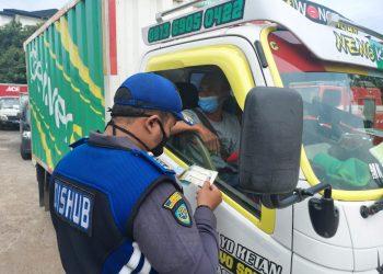 Petugas Dishub Kabupaten Tangerang mengecek kelengkapan surat kendaraan saat razia di Kelapa Dua. (RIK)