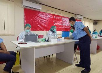 Karyawan PT IKPP Tangerang divaksinasi gotong rotong tahap kedua. (RAY)