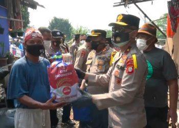 Wakapolda Metro Jaya, Irjen Pol Hendro Pandowo memberi bantuan sembako ke pemulung di Tangsel. (PHD)