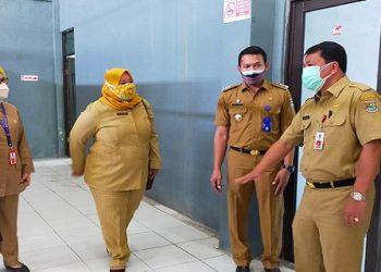 Sekretaris Daerah Kabupaten Tangerang Moch. Maesyal Rasyid saat meninjau kesiapan Barak Singgah Covid-19 di Kecamatan Cisauk. (RIK)
