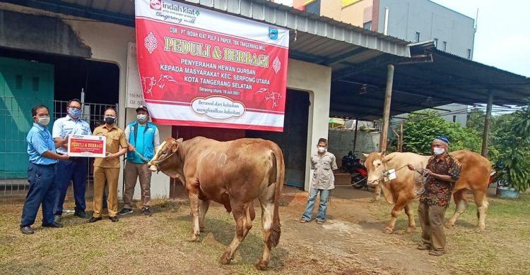 Penyerahan hewan kurban dari PT Indah Kiat Pulp and Paper Tangerang kepada masyarakat. (RAY)