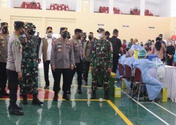 Panglima TNI Marsekal Hadi Tjahjanto bersama Kapolri Jenderal Polisi Listyo Sigit Prabowo dan Kepala BNPB Ganip Warsito saat meninjau vaksinasi di Kampus Untirta, Kota Serang. (IST)