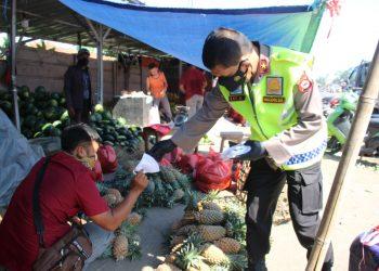 Wakapolda Banten Brigjen Pol Ery Nursatari bagikan ribuan masker ke pedagang di pasar tradisional di Kota Serang.  (IST)