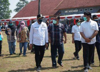 Bupati Tangerang memantau vaksinasi di STPI Legok. (RIK)