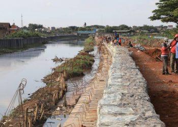 Pembangunan turap untuk antisipasi banjir di Kota Tangerang. (IST)