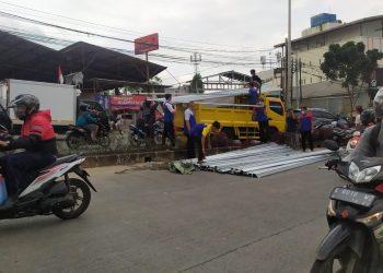 Truk pengangkut baja ringan terguling di Jalan Raya Siliwangi, Pamulang, Tangsel. (PHD)