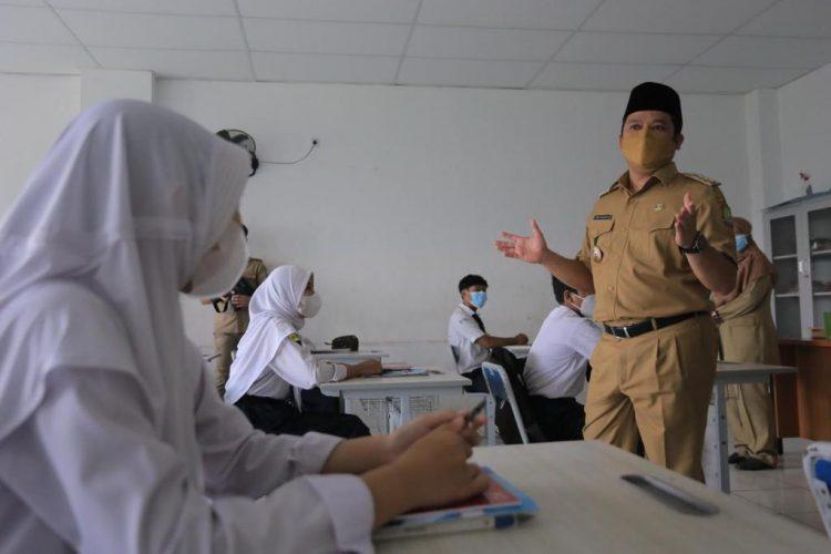 Walikota Tangerang Arief R. Wismansyah meninjau   Pembelajaran Tatap Muka terbatas di SMP Negeri 25 Larangan. (IST)