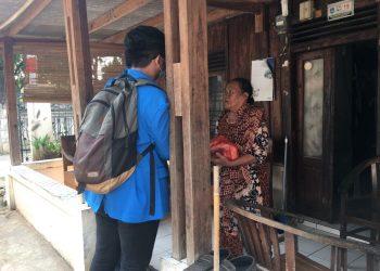Penyerahan bantuan sembako kepada warga Tangsel dari Komando. (IST)
