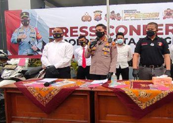 Kapolres Kota Tangerang Kombes Pol Wahyu Sri Bintoro menunjukkan bukti kasus pembunuhan dukun  pengganda uang. (RIK)