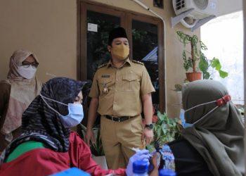 Walikota Tangerang Arie R Wismansyah vaksinasi RW di Ciledug. (IST)